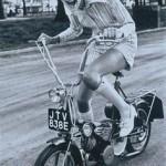 Ретро фотографии на велосипеде Твигги