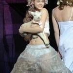 Барбара Палвин с овечкой