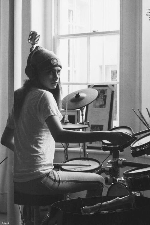 Девушка на барабанах играет на улице