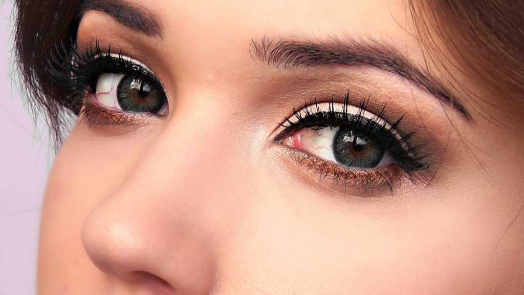 Light makeup for green eyes