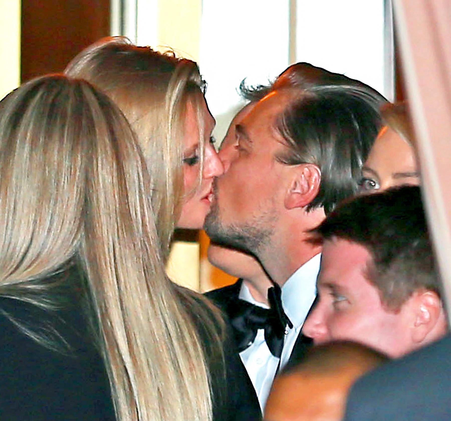 Тони Гаррн целует Леонардо Ди Каприо