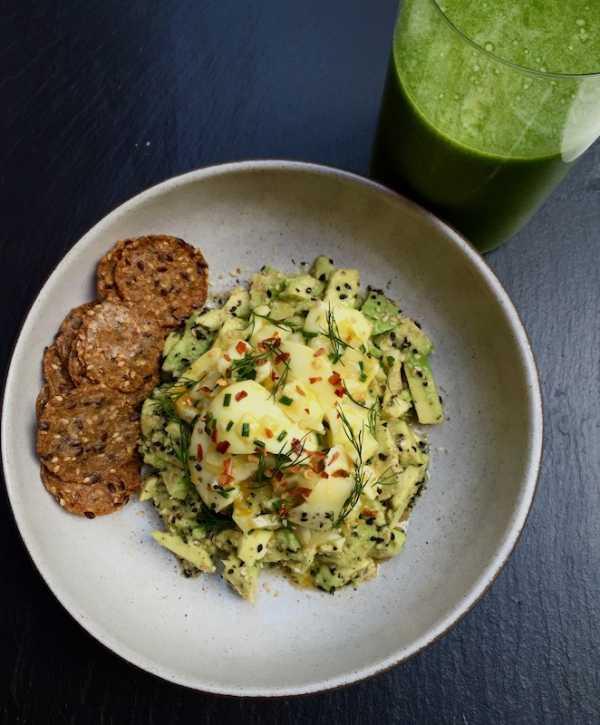 Салат из яйца авокадо и кресс салата