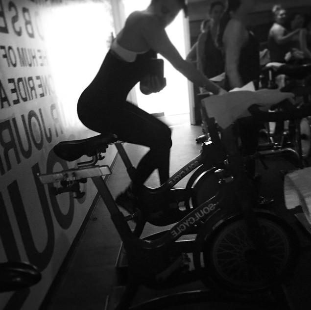 Хлои Кардашьян на велосипеде