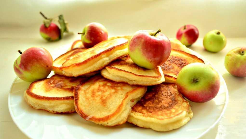 Вкусный приготовления оладий с яблоками