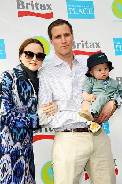 Девон Аоки с мужем и ребенком